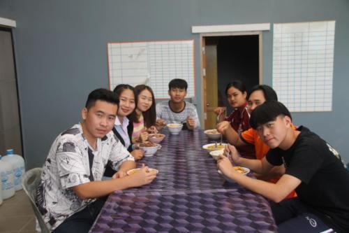 Kids eating dinner together.